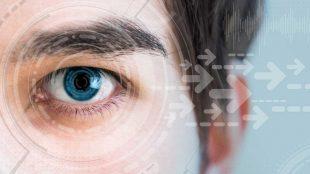"""Aslında """"akıllı lens"""" terimi sadece ülkemizde kullanılmaktadır. Sözde uygulama tüm dünyada kullanılmaktadır. Örneğin, """"üç odaklı göz içi lens"""" terimi Amerika Birleşik Devletleri'nde oldukça yaygındır. Objektifte """"zihin"""" yoktur, uygulama """"multifokal"""" bir lenstir. Bu uygulama, multifokal gözlük ve kontakt lens mantığına benzer. Bu yöntemin adı tüm dünyada olduğu gibi ülkemizde de akıllı lens yerine """"multifokal lens"""" uygulaması olmalıdır. Çünkü insanlar akıllı dediklerinde yanlışlıkla bunun tamamen farklı bir teknik olduğuna inanabilir ve nedeni ne olursa olsun tüm görme problemlerini çözebilir. Bununla birlikte, görme sorunlarının birçok nedeni varken, bu yöntem görme sorunlarını yalnızca birkaç nedenden dolayı düzeltebilir. Hangi göz problemlerinde kullanılır? Bu uygulama geleneksel katarakt ameliyatı sırasında uygulanır. Daha önceki katarakt ameliyatlarında sadece tek odaklı lensler kullanılıyordu. Bu durumda, hastanın görüşünü yalnızca bir odak için (uzak veya yakın) ayarlayabiliriz. Gözlükte de durum aynı. Yakın ve uzak görme bozukluğu olanlar, 2 ayrı gözlük kullanmanın yanı sıra, mesafeyi ve mesafeyi gösteren bir görüntüyü de kullanabilirler. Günümüzde bazı hasta gruplarında hasta gözlük takmak istemiyorsa, kataraktsız multifokal lens ile uzak ve yakın görme sağlanabilmektedir. Ne gibi avantajları var? Bu lens ameliyatları, uzak ve gözlüksüz görmek isteyen hastalar için gözlüksüz görme sağlar. Yöntem nasıl işliyor, cerrahi müdahaleyi kısaca anlatır mısınız? Cerrahi prosedür, olağan katarakt cerrahisinden farklı değildir, sadece hastanın doğal lensi çıkarıldıktan sonra, tek odaklı lens yerine çok odaklı bir lens takılır. Ancak önceden detaylı incelemeler ve ölçümler yapılmaktadır. Öncelikle hangi hastaların uygun olup olmadığının belirlenmesi çok önemlidir. Başarı olasılığı ne kadar yüksek? Bu, hastanın yaşam kalitesini ne kadar etkiler? Doğru hasta seçilirse başarı ve memnuniyet çok yüksektir. Uygun olmayan hastalara uygulanırsa, memnuniyetsizlik rahatsız edici o"""