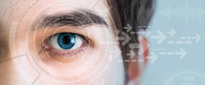 """Aslında """"akıllı lens"""" terimi sadece ülkemizde kullanılmaktadır. Sözde uygulama tüm dünyada kullanılmaktadır. Örneğin, """"üç odaklı göz içi lens"""" terimi Amerika Birleşik Devletleri'nde oldukça yaygındır. Objektifte """"zihin"""" yoktur, uygulama """"multifokal"""" bir lenstir. Bu uygulama, multifokal gözlük ve kontakt lens mantığına benzer. Bu yöntemin adı tüm dünyada olduğu gibi ülkemizde de akıllı lens yerine """"multifokal lens"""" uygulaması olmalıdır. Çünkü insanlar akıllı dediklerinde yanlışlıkla bunun tamamen farklı bir teknik olduğuna inanabilir ve nedeni ne olursa olsun tüm görme problemlerini çözebilir. Bununla birlikte, görme sorunlarının birçok nedeni varken, bu yöntem görme sorunlarını yalnızca birkaç nedenden dolayı düzeltebilir.  Hangi göz problemlerinde kullanılır?  Bu uygulama geleneksel katarakt ameliyatı sırasında uygulanır. Daha önceki katarakt ameliyatlarında sadece tek odaklı lensler kullanılıyordu. Bu durumda, hastanın görüşünü yalnızca bir odak için (uzak veya yakın) ayarlayabiliriz. Gözlükte de durum aynı. Yakın ve uzak görme bozukluğu olanlar, 2 ayrı gözlük kullanmanın yanı sıra, mesafeyi ve mesafeyi gösteren bir görüntüyü de kullanabilirler. Günümüzde bazı hasta gruplarında hasta gözlük takmak istemiyorsa, kataraktsız multifokal lens ile uzak ve yakın görme sağlanabilmektedir.  Ne gibi avantajları var?  Bu lens ameliyatları, uzak ve gözlüksüz görmek isteyen hastalar için gözlüksüz görme sağlar.  Yöntem nasıl işliyor, cerrahi müdahaleyi kısaca anlatır mısınız?  Cerrahi prosedür, olağan katarakt cerrahisinden farklı değildir, sadece hastanın doğal lensi çıkarıldıktan sonra, tek odaklı lens yerine çok odaklı bir lens takılır. Ancak önceden detaylı incelemeler ve ölçümler yapılmaktadır. Öncelikle hangi hastaların uygun olup olmadığının belirlenmesi çok önemlidir.  Başarı olasılığı ne kadar yüksek? Bu, hastanın yaşam kalitesini ne kadar etkiler?  Doğru hasta seçilirse başarı ve memnuniyet çok yüksektir. Uygun olmayan hastalara uygulanırsa, memnuniyetsizlik rahatsız"""